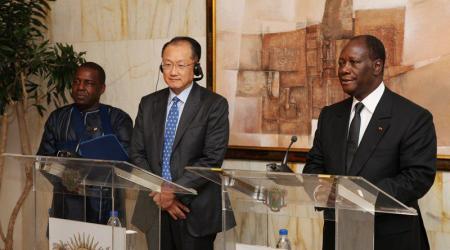 Jim Yong Kim, président de la Banque mondiale, et Alassane Ouattara, chef de l