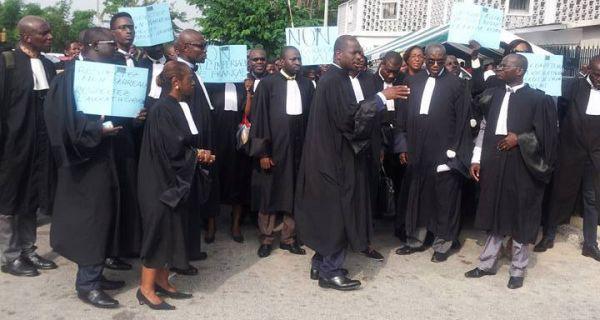 c te d ivoire les avocats ivoiriens manifestent contre le projet de cr ation d un barreau de l. Black Bedroom Furniture Sets. Home Design Ideas