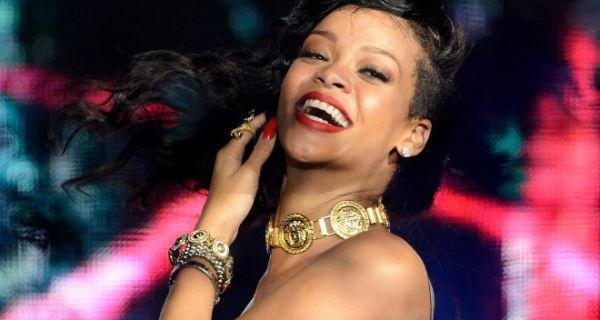 a11a6b7ebca06e ShowBiz: Rihanna pose sans culotte et fait monter la température ...