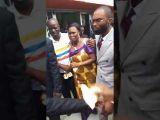 Simone Gbagbo libérée danse  au milieu de la foule